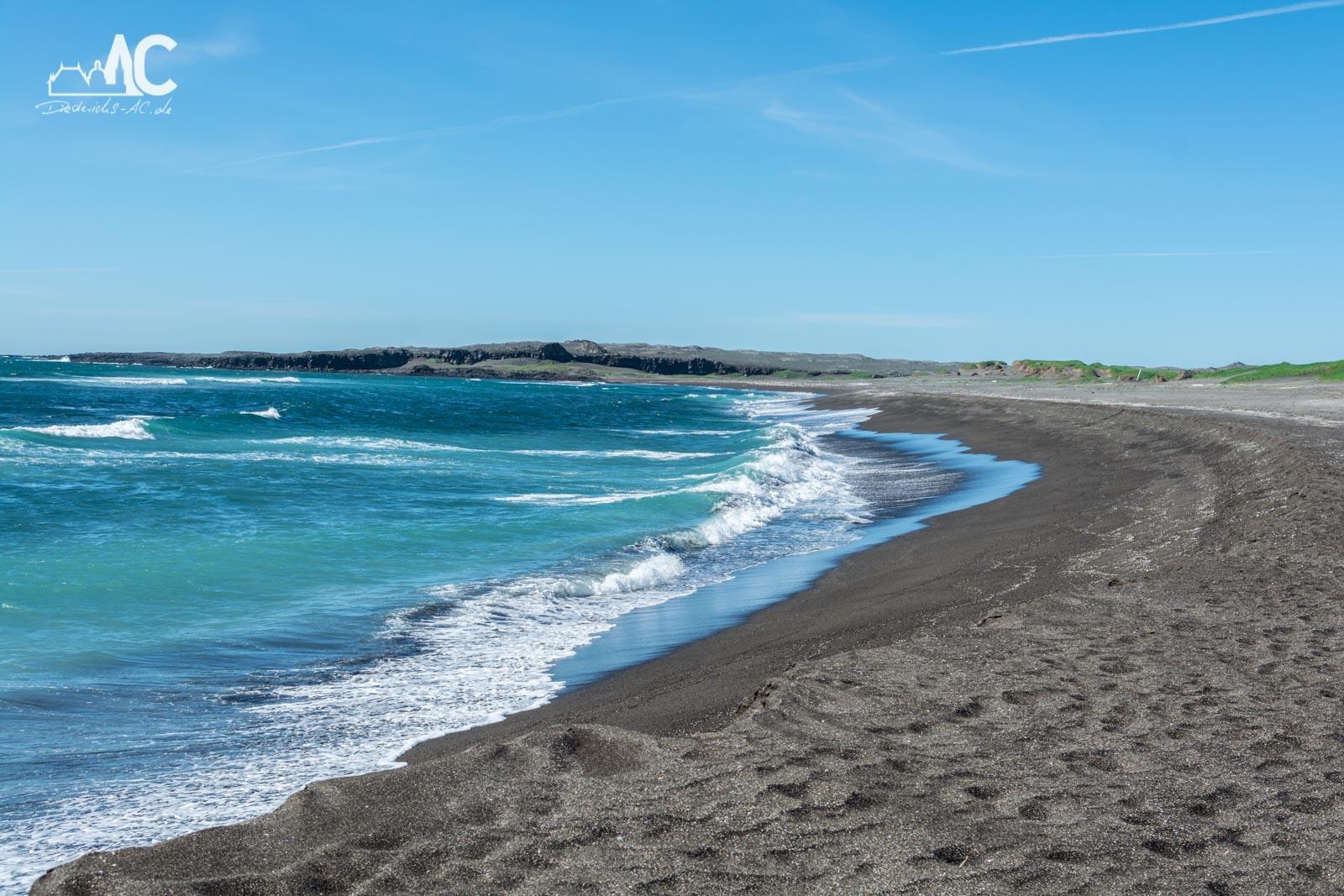 Sandvik - Ein schwarzer Sandstrand im Westen von Reykjanes