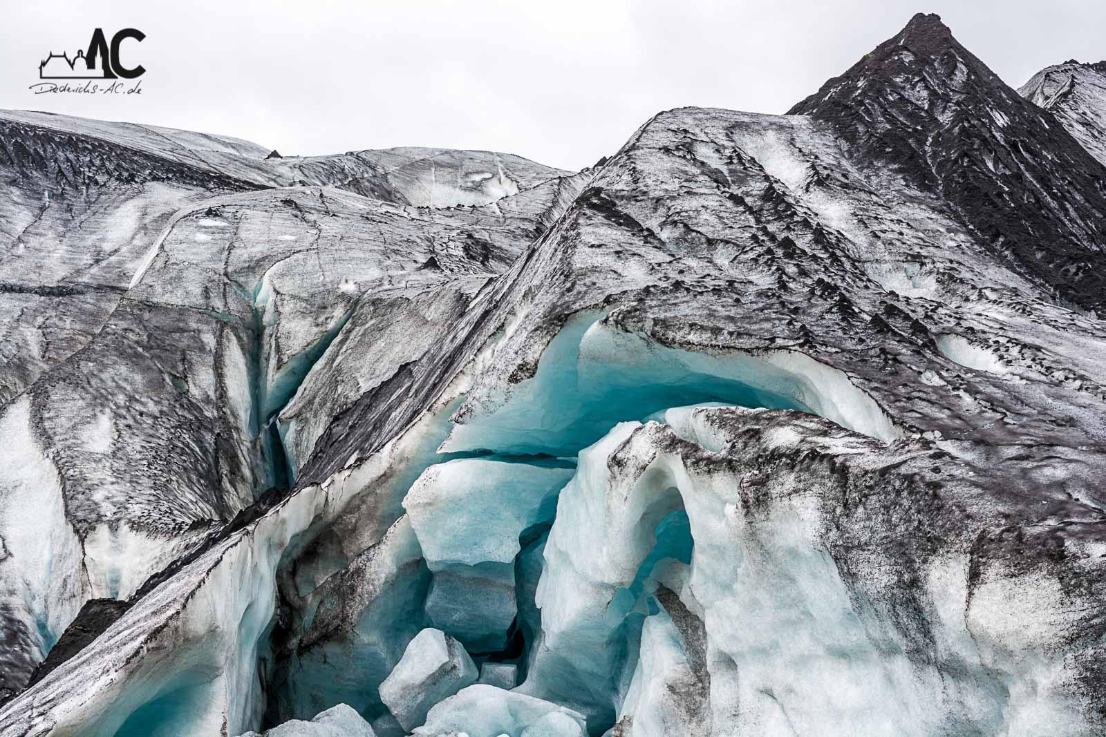 Das Eis ist mit der Asche des Vulkanausbruchs von 2010 belegt